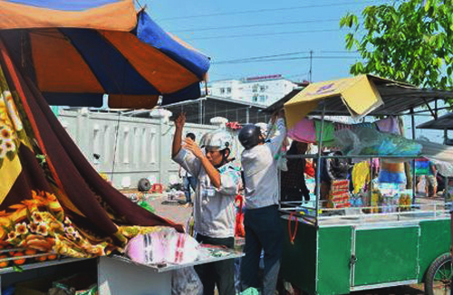 Ông Nguyễn Ngọc Sơn nhận tiền bảo kê để người bán hàng rong lấn chiếm vỉa hè, lòng đường tại khu vực trước BV Hữu nghị đa khoa Nghệ An