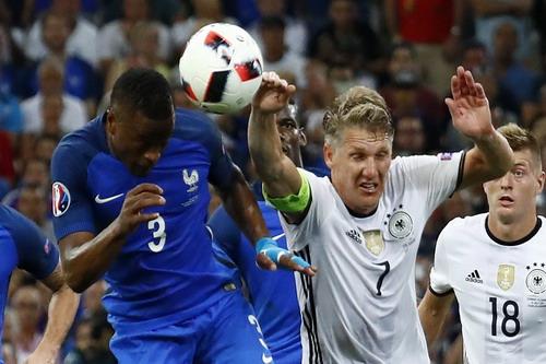 Cái tay tai hại của Schweinsteiger khiến Đức nhận quả phạt đền phút 45