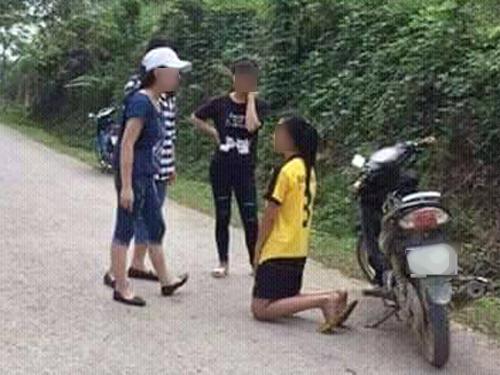 Nữ học sinh bắt bạn quỳ xin lỗi rồi đánh - Ảnh: Facebook
