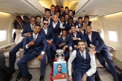 Đội tuyển chụp ảnh trên khoang máy bay với cúp vô địch và chân dung Eusebio