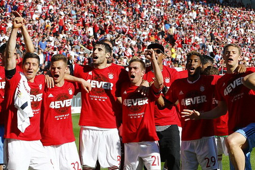 Coman (29) và đồng đội ở Bayern chờ chiếc dĩa bạc thứ 4 liên tiếp