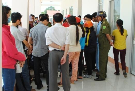 Người dân tụ tập tại bệnh viện yêu cầu làm rõ nguyên nhân tử vong của một cháu bé sau tiêm vắc-xin ở Đắk Nông vào tháng 12-2015 - Ảnh: C. Nguyên