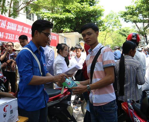 Những suất ăn trưa miễn phí đã đến tay thí sinh dự thi tại cụm thi ĐH Đà Nẵng Ảnh: Quang Quý