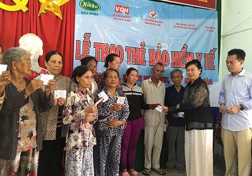 Tặng 300 thẻ BHYT cho đồng bào nghèo