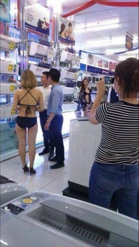 Người mẫu mặc bikini giới thiệu sản phẩm điện máy với khách