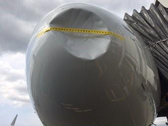 Vết lõm trên mũi máy bay do đụng trúng chim. Ảnh: WFAA-TV, sân bay quốc tế Seattle – Tacoma