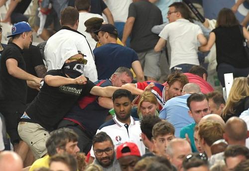 Cảnh náo loạn trên khán đài sân Velodrome sau trận đấu Anh - Nga