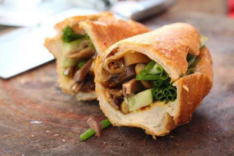 Món gì cũng kèm bánh mì, rất giòn, rất thơm ngon (ảnh internet)