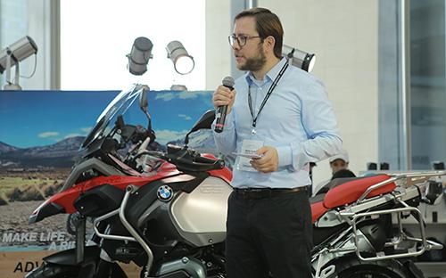 Đại diện BMW Motorrad giới thiệu dòng siêu môtô hiệu suất cao S1000 RR.