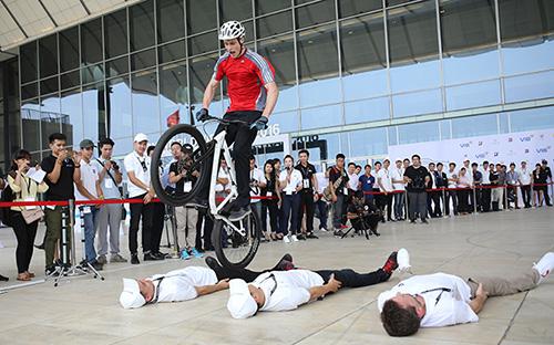 Màn trình diễn xe đạp mạo hiểm được thực hiện bởi vận động viên chuyên nghiệp Igor Tjumensev từ tập đoàn BMW.