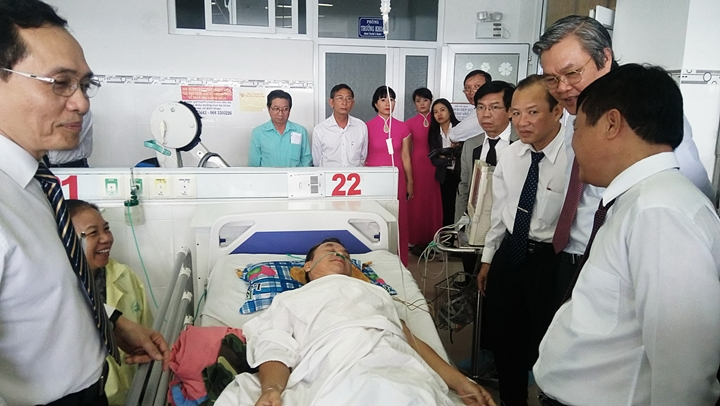 Bệnh nhân Nguyễn Hồng Thắng được chăm sóc đặc biệt sau khi đặt stent.