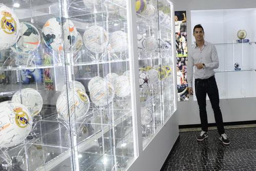 Tủ trưng bày bóng sử dụng ở các trận đấu Ronaldo lập hat-trick