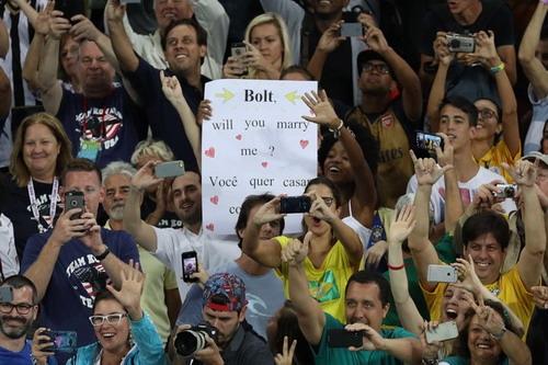 Bolt được CĐV nữ cầu hôn từ khán đài sân Maracana