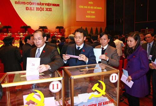 Các đại biểu bỏ phiếu bầu Ban chấp hành Trung ương khóa XII - Ảnh: Tấn Thông
