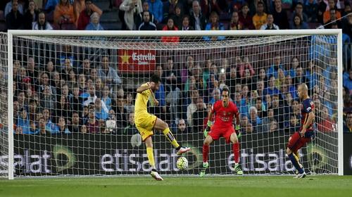 Hàng thủ Barca nhiều lần để thủ môn Bravo trong thế đối mặt với tiền đạo Gijon