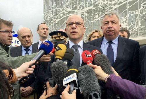 Bộ trưởng Nội vụ Pháp Bernard Cazeneuve trả lời báo chí xung quanh vụ việc Marseille
