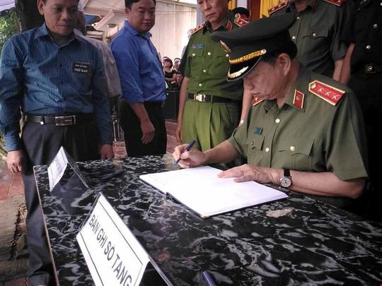 Bộ trưởng Bộ Công an Tô Lâm ghi sổ tang sau khi viếng ông Phạm Duy Cường, Bí thư Tỉnh ủy Yên Bái