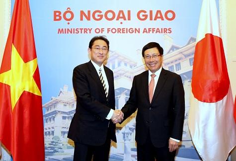 Phó Thủ tướng Phạm Bình Minh và Bộ trưởng Ngoại giao Nhật Bản Fumio Kishida - Ảnh: VGP