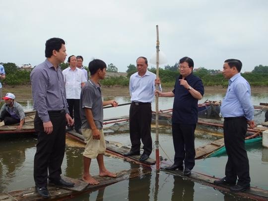 Phó Thủ tướng Trịnh Đình Dũng (thứ hai từ phải sang) kiểm tra việc khắc phục hậu quả cá chết tại thị xã Kỳ Anh, tỉnh Hà Tĩnh ngày 24-4 - Ảnh: Thanh Hoa