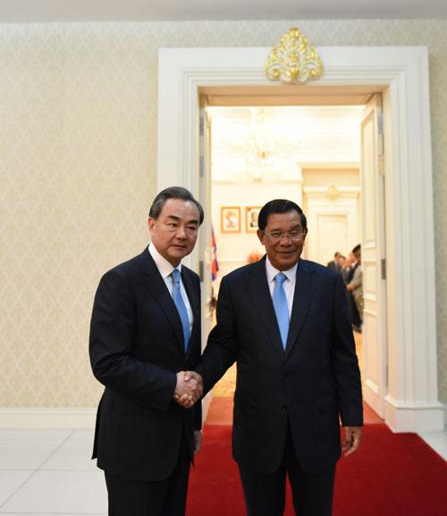 Thủ tướng Campuchia Hun Sen (phải) tiếp Ngoại trưởng Trung Quốc Vương Nghị hôm 22-4. Ảnh: Bộ Ngoại giao Trung Quốc