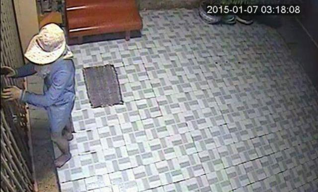Camera an ninh ghi lại hình ảnh trộm bỏ khoé cửa để đột nhập vào tiệm vàng. Ảnh: Công an cung cấp