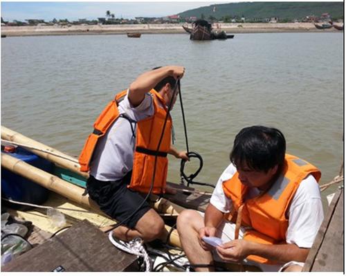 Các nhà khoa học khảo sát hiện trường và lấy mẫu phân tích nguyên nhân cá chết hàng loạt ở miền Trung