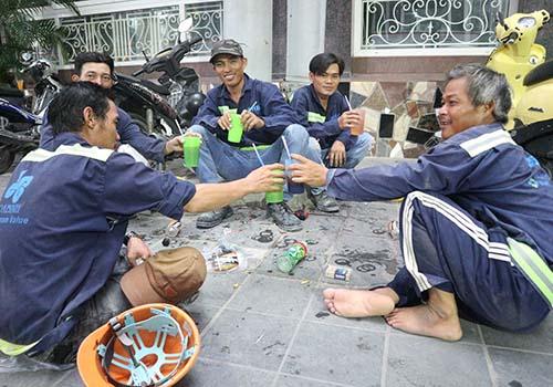 Liệu những ly cà phê mua bên lề đường của các bác thợ này có cà phê? Ảnh: B.Thanh
