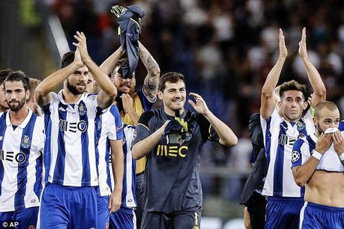 Thủ môn Casillas cùng Porto tiến vào vòng bảng Champions League