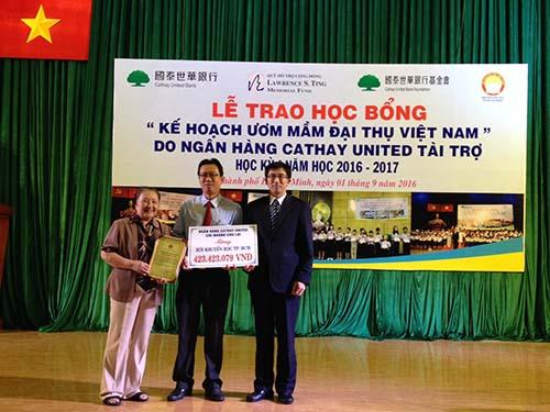 Ông Juan Feng Li, Tổng Giám đốc Ngân hàng Cathay United Chi nhánh Chu Lai, Việt Nam trao tài trợ cho Hội Khuyến học TPHCM