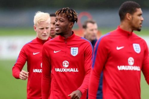 Chalobah (giữa) chuẩn bị thi đấu cho U21 Anh