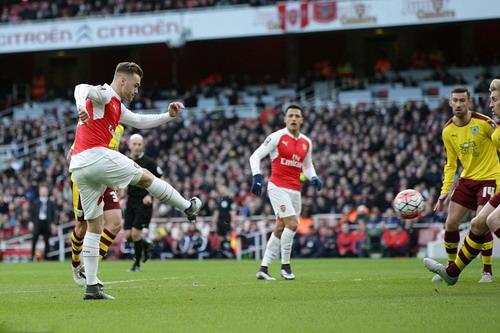 Calum Chambers ghi bàn mở tỉ số cho Arsenal