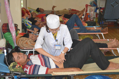 Bệnh nhân kê giường ngoài hành lang nằm la liệt tại Bệnh viện Đa khoa tỉnh Đắk Lắk Ảnh: Cao Nguyên