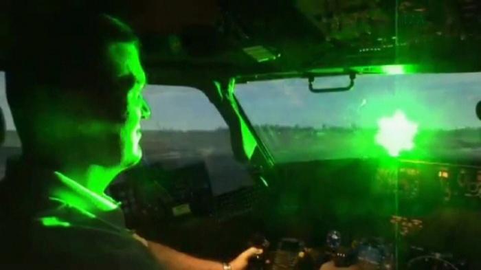 Ánh sáng tia laze chiếu vào buồng lái sẽ gây chói mắt cho phi công... - Ảnh minh họa