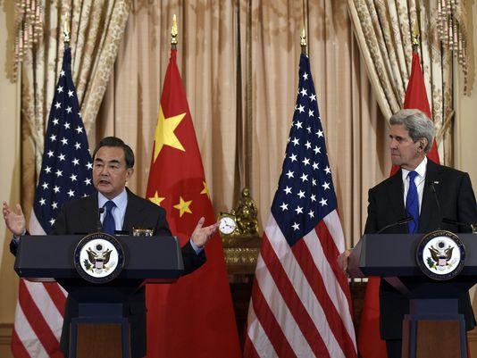 Ngoại trưởng Mỹ John Kerry (phải) và người đồng cấp Trung Quốc Vương Nghị tại cuộc họp báo hôm 23-2. Ảnh: AP