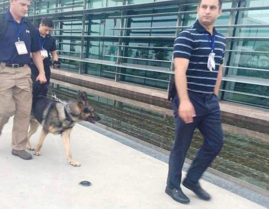 Lực lượng an ninh Mỹ cùng chó nghiệp vụ liên tục tuần tra tại nhà khách VIP A của Nội Bài nhiều giờ trước khi chuyên cơ của Tổng thống Obama hạ cánh - Ảnh: Nguyễn Hưởng
