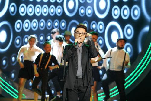 Tiết mục biểu diễn thật bất ngờ của ca sĩ Trúc Nhân và nhóm nhảy - một trong những tiết mục ấn tượng của chương trình trao Giải Mai Vàng 2015 Ảnh: HOÀNG TRIỀU - TẤN THẠNH