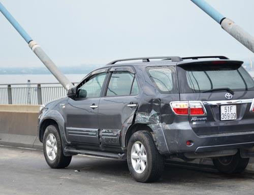 Hai chiếc xe chỉ hư hỏng nhẹ sau vụ va chạm ngày 2-7 trên cầu Phú Mỹ...