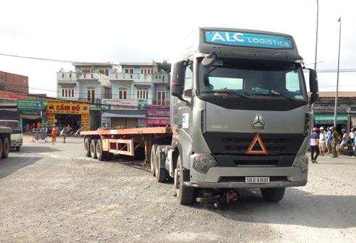 Hiện trường vụ chiếc xe container cán chết người phụ nữ mang thai 7 tháng tại đường dẫn lên cầu vượt Sóng Thần (giáp ranh quận Thủ Đức, TP HCM và thị xã Dĩ An, tỉnh Bình Dương) hôm 17-8