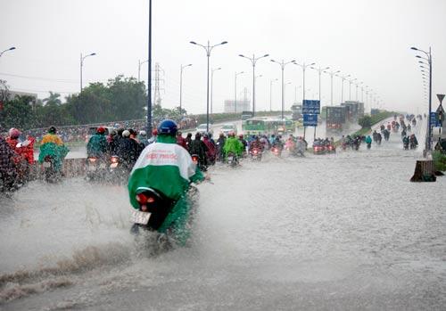 Đường vào cầu Rạch Chiếc (quận Thủ Đức, TP HCM) bị ngập sau một cơn mưa lớn Ảnh: Quốc Chiến