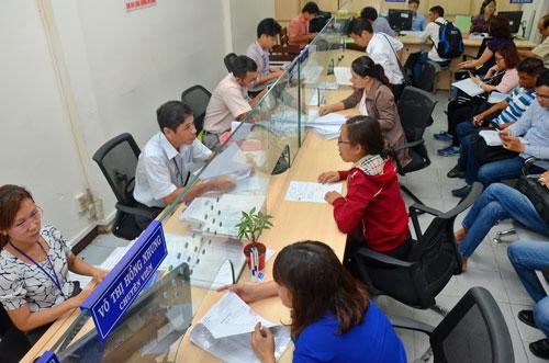 Doanh nghiệp làm thủ tục đăng ký kinh doanh tại Sở Kế hoạch và Đầu tư TP HCM sáng 26-4 Ảnh: Tấn Thạnh