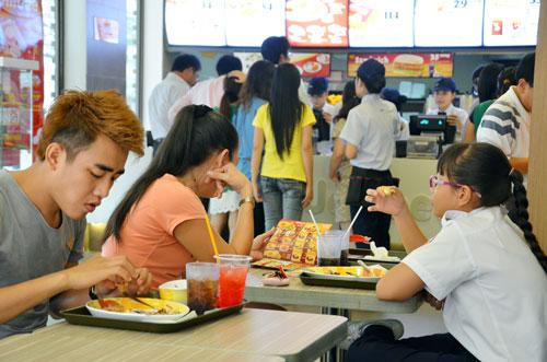 Nhượng quyền trong lĩnh vực thực phẩm và đồ uống có tốc độ tăng trưởng nhanh nhất nhưng chi phí đầu tư quá cao khiến các doanh nghiệp nhỏ khó chen chân. Trong ảnh: Một cửa hàng thức ăn nhanh Jollibee tại TP HCM Ảnh: Tấn Thạnh