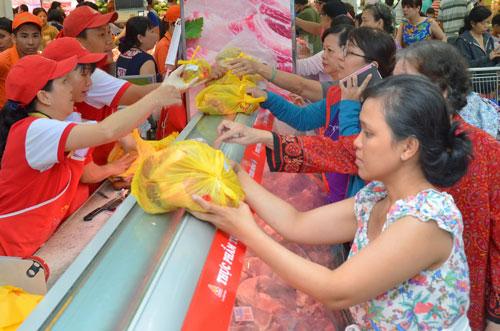 Thực hiện giết mổ nhân đạo với gia súc, gia cầm sẽ góp phần nâng cao hình ảnh thực phẩm của Việt Nam. Trong ảnh: Người tiêu dùng tin tưởng vào chất lượng thịt bò được giết mổ ở Vissan Ảnh: Tấn Thạnh