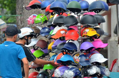 Mũ bảo hiểm đủ loại bán tràn lan trên lề đường Nguyễn Trãi (quận 5, TP HCM) Ảnh: Tấn Thạnh