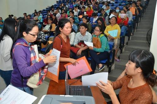 Thí sinh chờ nộp hồ sơ tại Trường ĐH Sư phạm TP HCM Ảnh: Tấn Thạnh