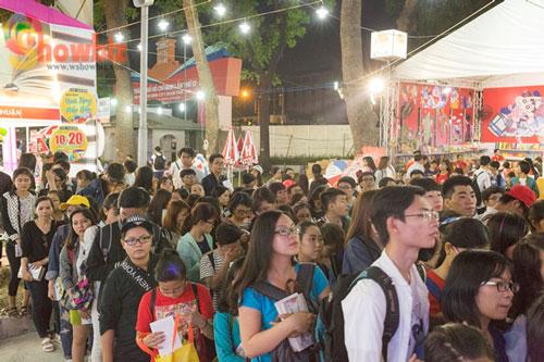 """Đông đảo độc giả trẻ xếp hàng để được tác giả Anh Khang ký tặng trong buổi ra mắt cuốn sách """"Thương mấy cũng là người dưng"""" tại Hội sách TP HCM 2016 Ảnh: Trương Đức"""