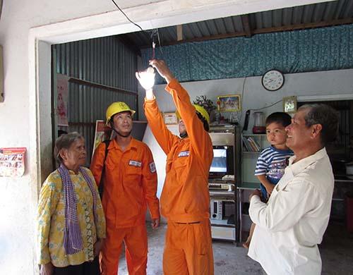 Đồng bào Khmer tại tỉnh Sóc Trăng được EVNSPC hỗ trợ gắn bóng đèn compact tiết kiệm điện