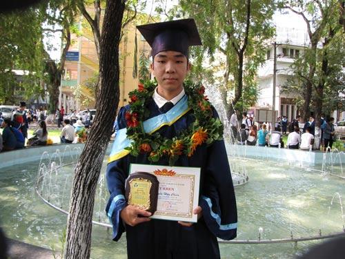 Nguyễn Mai Phương (trên) và Nguyễn Hữu Chiến - 2 SV học vượt thành công của Trường ĐH Bách khoa vừa được tốt nghiệp sớm