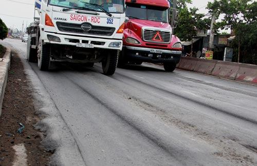 Rãnh sụt lún trên đường Nguyễn Thị Định, nhìn thấy sợ