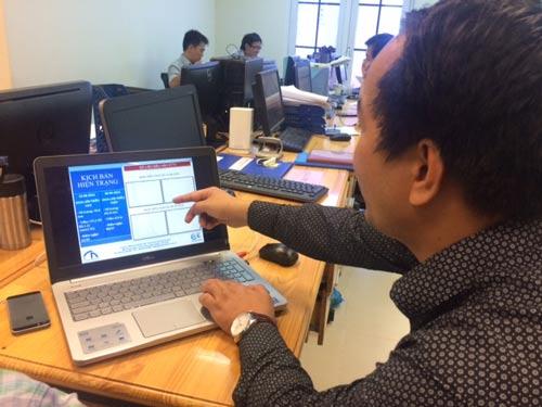 Cơ sở dữ liệu trong hệ thống GIS đang được kiểm tra trên máy tính tại trụ sở Công ty TNHH MTV Thoát nước đô thị TP HCM Ảnh: Gia Minh