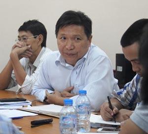 Ông Lê Hoàng Minh (giữa), Phó Giám đốc Sở GTVT TP HCM, trả lời báo chí liên quan đến đơn tố cáo của Công ty Phương Trang ngày 12-7